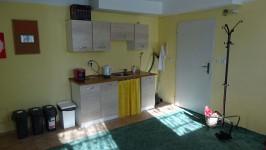 07 - Kuchyňka a vstupní dveře z předsíně
